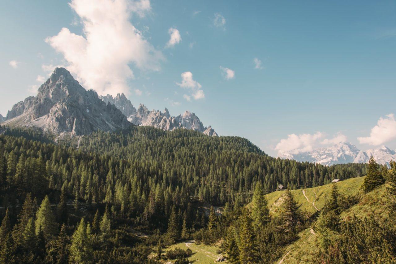 Вид на горы, поросшие лесом