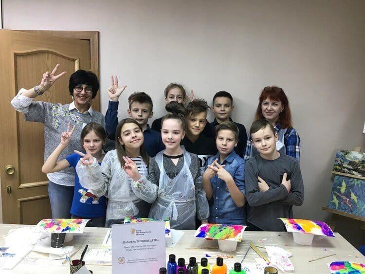 Дети занимаются в инклюзивной творческой мастерской